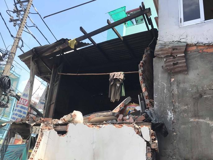 Hiện trường kinh hoàng xe ben tông sập nhà dân lúc đổ dốc cầu - Ảnh 6.