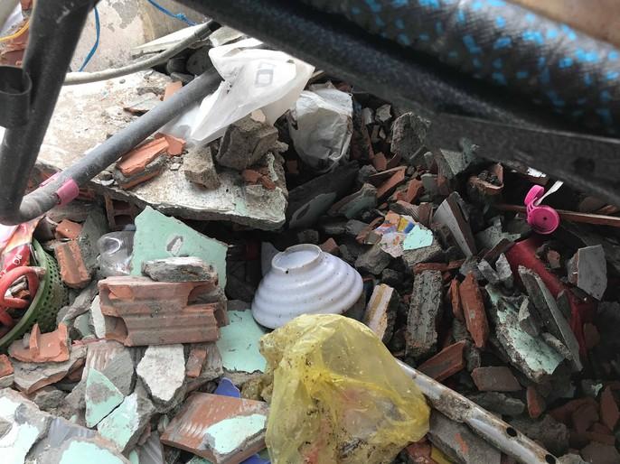 Hiện trường kinh hoàng xe ben tông sập nhà dân lúc đổ dốc cầu - Ảnh 5.