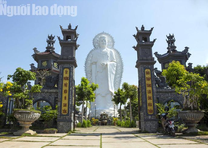 Chiêm ngưỡng ngôi chùa vùng biên giới có tượng Phật cao nhất miền Tây - Ảnh 2.