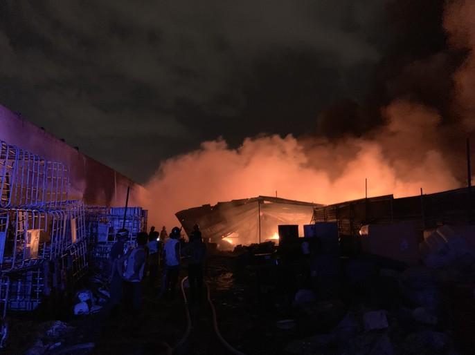 Cháy dữ dội kho phế liệu sát khu trọ công nhân ở Bình Dương - Ảnh 4.