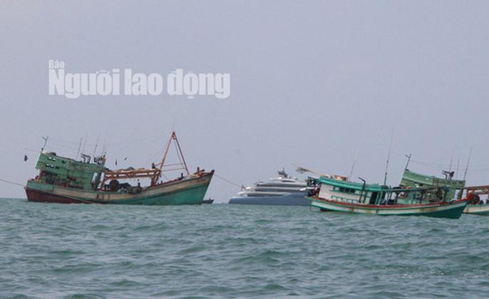 Nhiều người dân và khách du lịch thuê tàu cá chở ra xa ngắm du thuyền. Ảnh: HOÀNG TUẤN