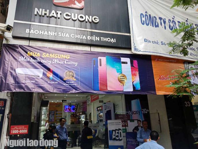 Can canh Bo Cong an kham xet cua hang dien thoai Nhat Cuong