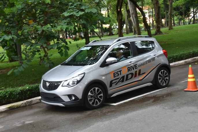 Hàng trăm ô tô thương hiệu Việt VinFast Fadil đến tay khách hàng