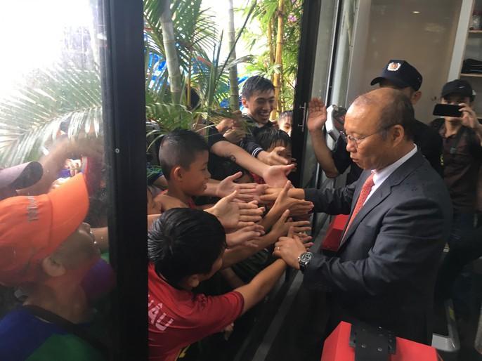 HLV Park Hang-seo gây sốt ở Đà Nẵng và Quảng Ngãi - Ảnh 5.