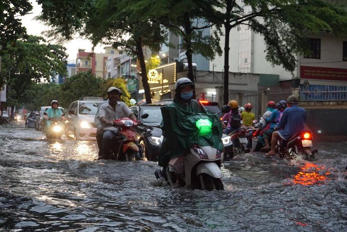 TP HCM: Đường lại thành sông sau trận mưa lớn - Ảnh 3.