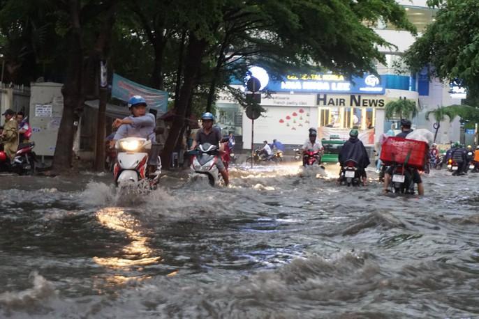 TP HCM: Đường lại thành sông sau trận mưa lớn - Ảnh 1.