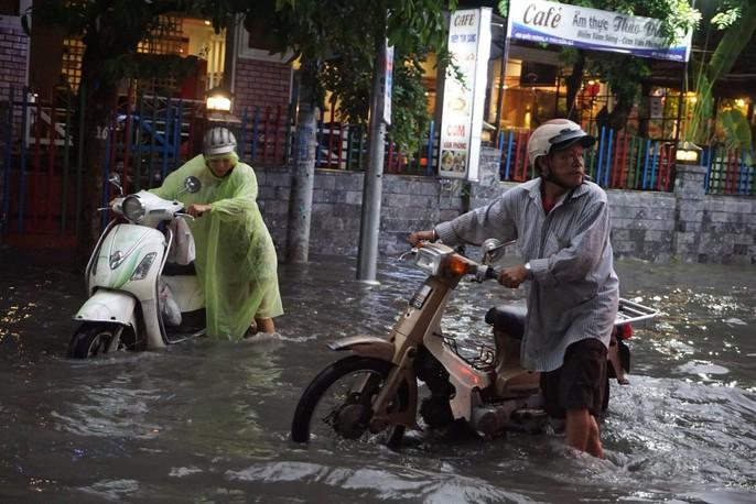 TP HCM: Đường lại thành sông sau trận mưa lớn - Ảnh 2.