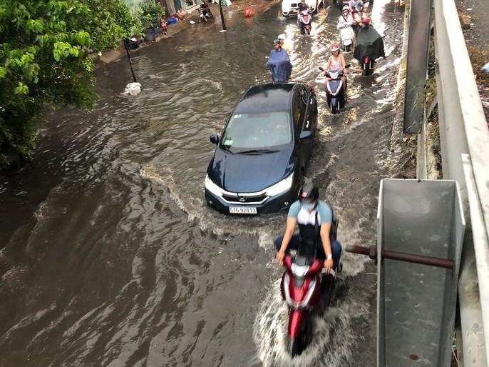 TP HCM: Đường lại thành sông sau trận mưa lớn - Ảnh 4.