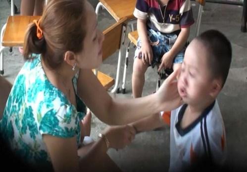 Bảo mẫu Đông Phương tát trẻ bôm bốp trong giờ ăn cơm