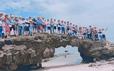"""Bức xúc cảnh hàng chục du khách """"đè"""" lên thắng cảnh hàng triệu năm tuổi ở Lý Sơn"""