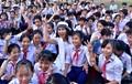 Diễn viên Minh Thư, ca sĩ Lâm Trí Tú trao sách cho học sinh Quảng Ngãi