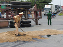 Nổ lốp, xe container lật nghiêng giữa vòng xoay