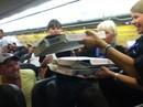 Trễ chuyến, phi công mua pizza cho toàn bộ khách