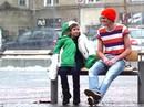 Cảm động người lạ ủ ấm cậu bé run rẩy trong tuyết lạnh