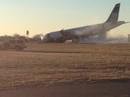 Máy bay Mỹ gãy càng, chúi mũi xuống đường băng