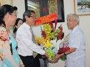 Lãnh đạo TP HCM thăm các nhà giáo lão thành