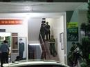 Cảnh sát rút súng, khống chế bắt nhiều kiểm lâm tại trụ sở