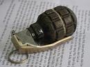 Chủ tịch huyện được tặng hộp quà bên trong chứa quả lựu đạn mỏ vịt