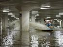 Lướt sóng điêu luyện trong... hầm gửi xe