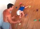 Bé trai 20 tháng tuổi leo núi ngoạn mục