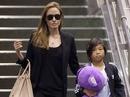 """Pax Thiên mua """"ngón tay thối"""" đồ chơi, Angelina nhíu mày"""