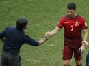 Ronaldo bực dọc, bỏ mặc báo chí
