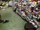 Biến quần áo mới thành hàng thùng để bán giá cao
