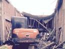 Đang đổ bê-tông, mái nhà sập đè 6 người thương vong