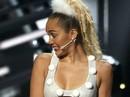 Miley Cyrus lại bị chỉ trích dữ dội vì quá hở
