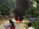 Người phụ nữ bỏ chạy khi thấy xe bốc cháy dữ dội sau cú ngã
