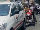 """Tông móp xe taxi, thanh niên đi """"xe mù"""" bị thương nặng"""