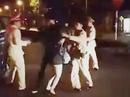 Không đội mũ bảo hiểm, đôi nam nữ lăng mạ CSGT