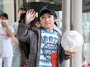 Nhật Bản: Cậu bé bị phạt khóc chạy theo xe bố mẹ