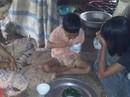 Phát khóc với bữa cơm của 3 chị em mồ côi