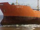 """Sốc với tàu chở dầu """"ma"""" dạt vào bờ biển"""