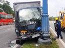 Xe tải tông trụ đèn, tài xế kẹt cứng trong ca bin