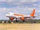 """Hủy chuyến bay vì hành khách phát hiện """"vật thể lạ"""" vắt vẻo trên cánh"""