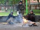 Người Hà Nội đốt lửa sưởi ấm trong rét buốt 7 độ C