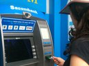 """Thêm một chủ thẻ ATM """"bỗng dưng"""" mất tiền"""