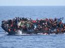 Cận cảnh tàu chở gần 600 người lật úp trên Địa Trung Hải