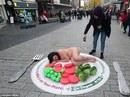 Khỏa thân nằm giữa đường phản đối ăn thịt trong lễ Giáng sinh