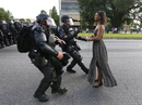 """Bức ảnh """"huyền thoại"""" trong vụ biểu tình ở Mỹ"""