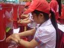 Bộ trưởng Nguyễn Thị Kim Tiến rửa tay cùng học sinh