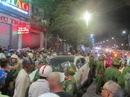 Hàng trăm người dân vây quanh ô tô gây tai nạn rồi bỏ chạy