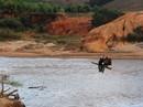 """Có cầu tạm, dân vẫn """"liều mình"""" đu dây vượt sông"""