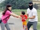 """Bé 3 tháng tuổi bị 2 đối tượng bịt mặt """"bắt cóc"""" hụt"""