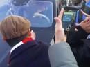 CĐV Arsenal chặn xe, van xin Ozil ở lại