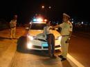 """Bị lập biên bản, """"ma men"""" xúc phạm cảnh sát, cố thủ trong ô tô"""
