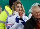 Fan Chelsea xinh đẹp lẻ loi trong trận Everton – M.U