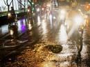 Hố to trên đường vào sân bay Tân Sơn Nhất, nhiều xe máy bị nạn